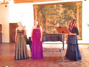 Actualités musique classique culture Micaela Maurin, Kajsa Palmér et Gabriella Varga Karlsson ont clôruré l'année universitaire en donnant un concert de musique classique au château de Västerås