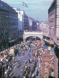 Actualités politique histoire Alors que leur pays est resté neutre pendant le conflit, Les Suédois se rassemblent le 7 mai sur la Kungsgatan de Stockholm pour célébrer la fin de la 2nde guerre mondiale